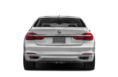 Rear Profile  2018 BMW 740