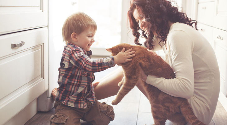 mom and child with cat