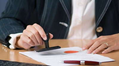 Does an Automobile Bill of Sale Form Need to Be Notarized
